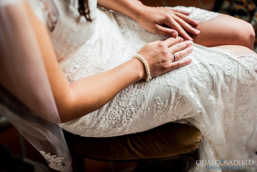 048 bride hands detail