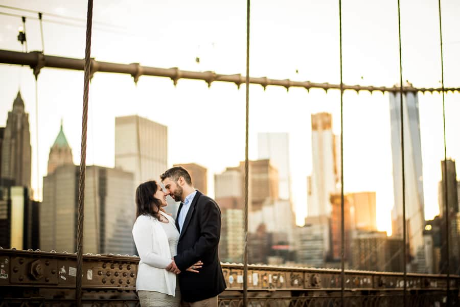 couple kiss broonlyn bridge sunset