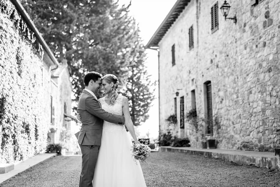 bride groom ambraced fattoria di larniano black and white