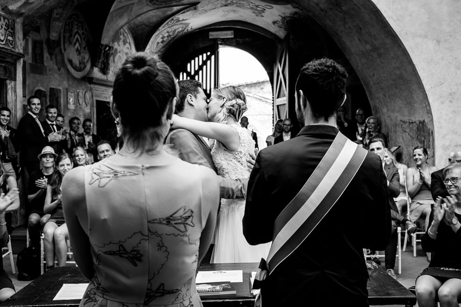 bride and groom hug ceremony palazzo pretorio certaldo
