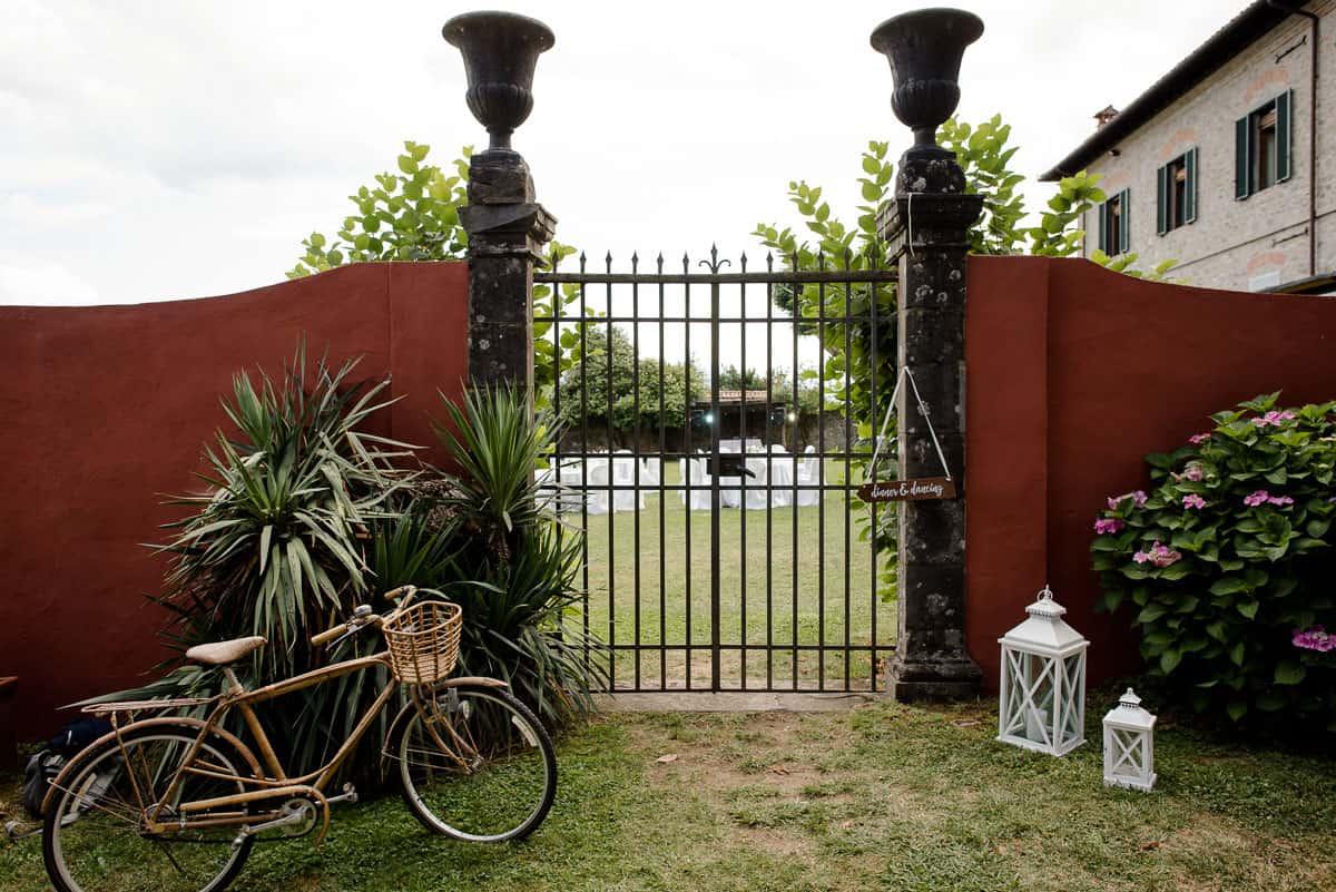 i cedri gate with bicycle