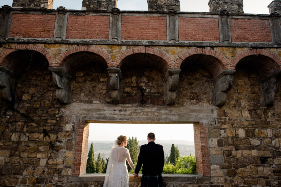 couple of newlywed at vincigliata castle florence
