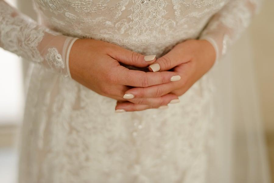 finger crossed of the bride emotioned