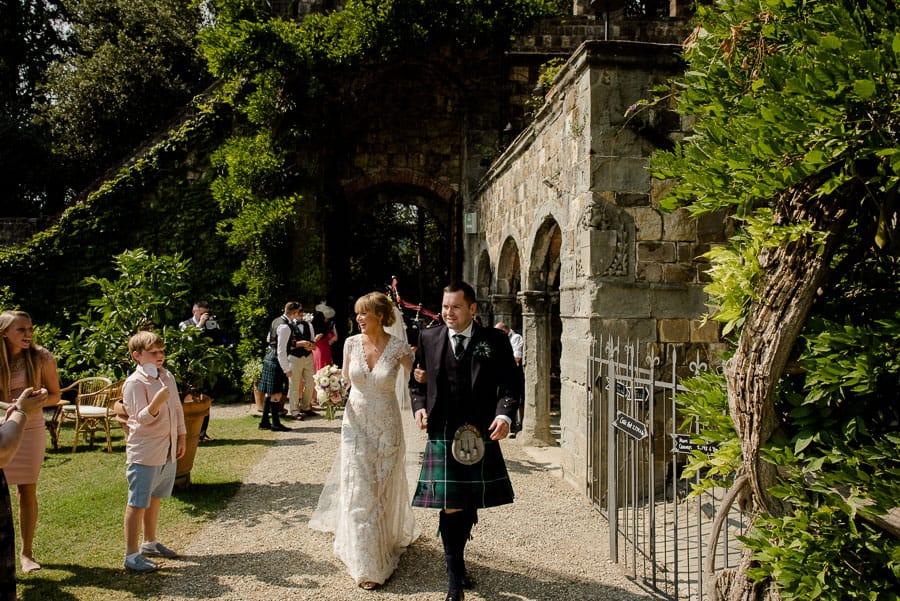 Bride and groom celebrate in vincigliata castle