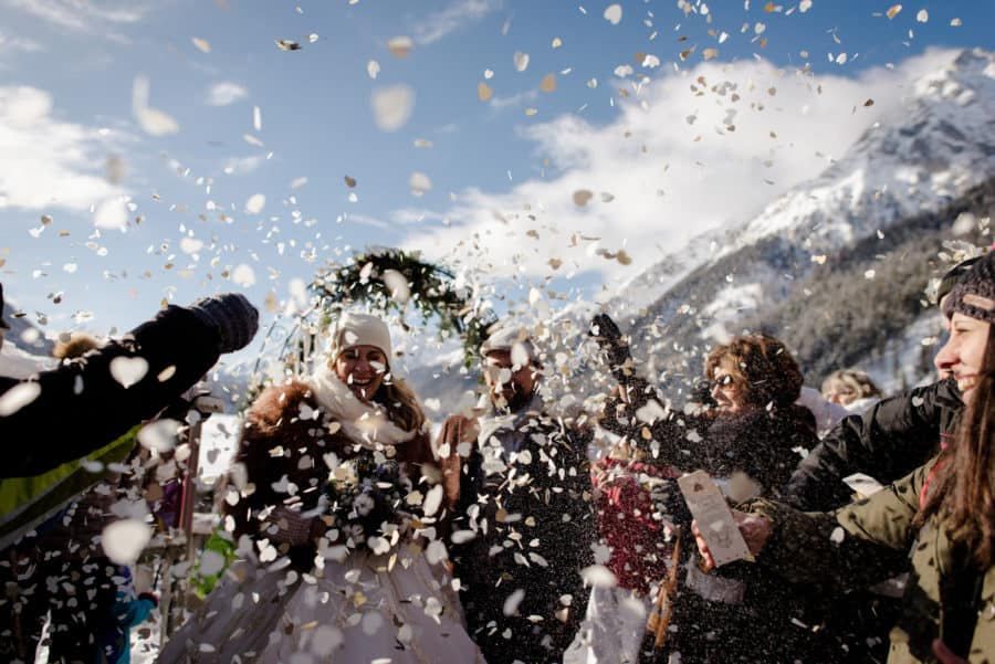 winter wedding ceremony trow of confetti