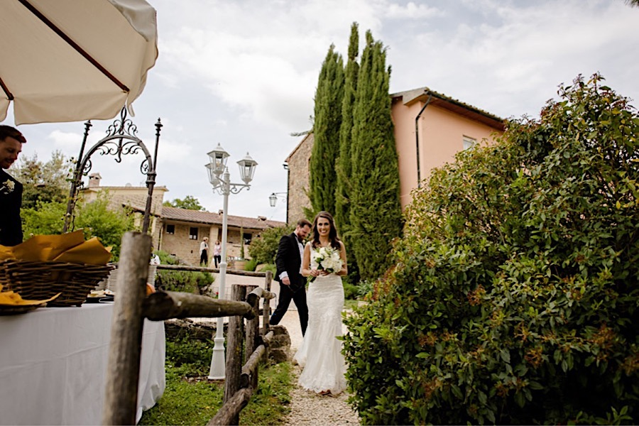 Bride and groom arriving at tenuta di papena to enjoy the aperitif