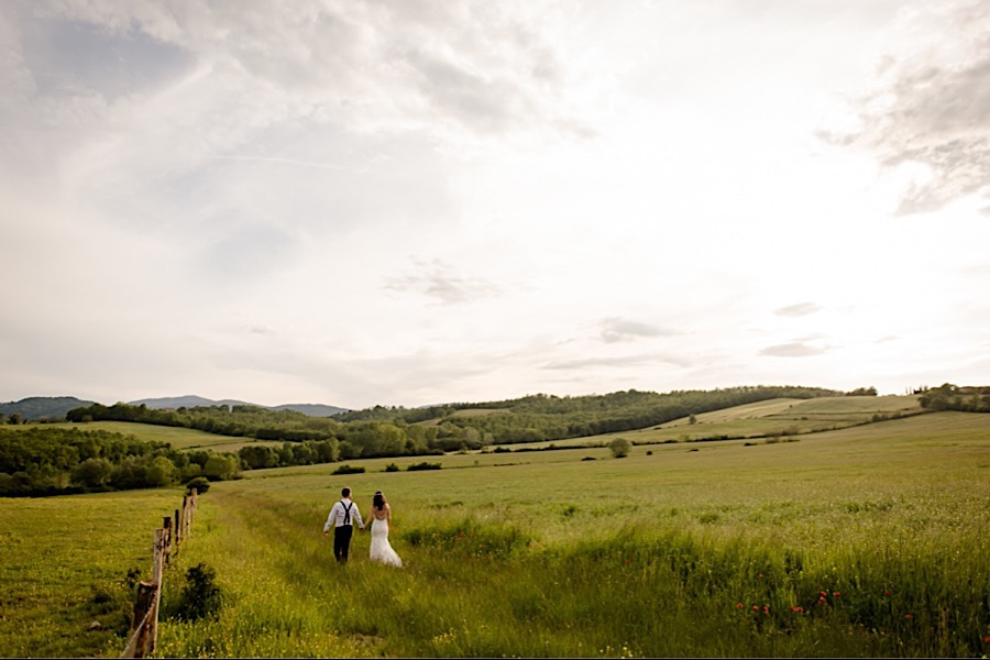 Wedding couple on the tuscany countryside