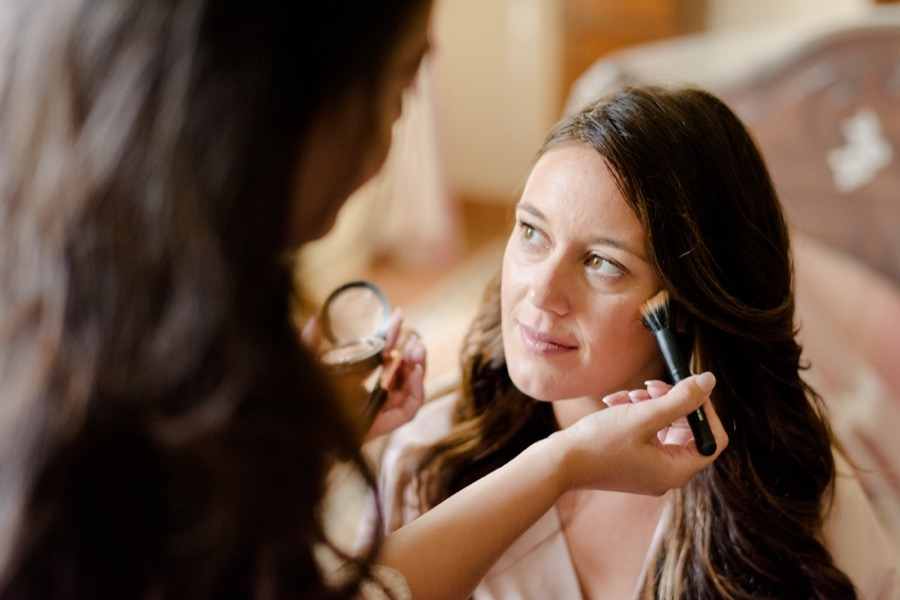 getting ready of the bride make-up