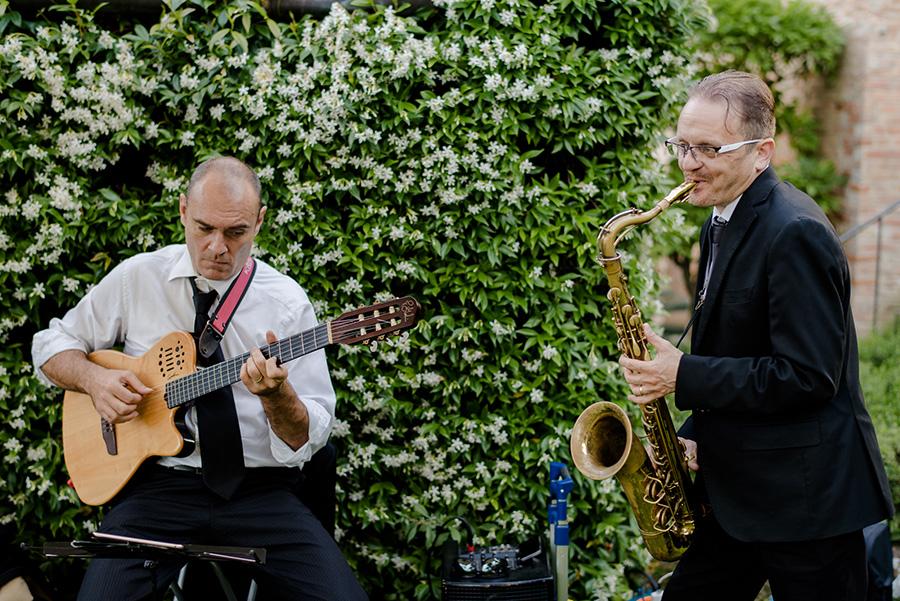 wedding ceremony at Tenuta di Pratello Country Resort live band in the garden