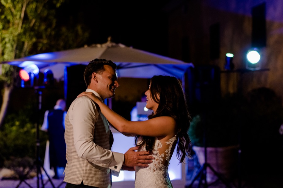 first dance of bride and groom at Tenuta di Pratello Country Resort