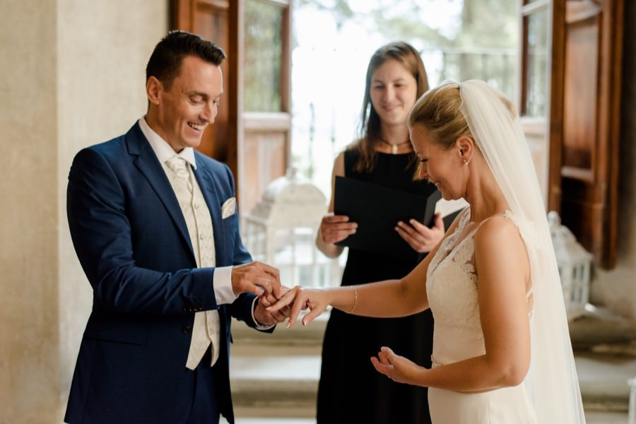 exchanging of the rings between bride and groom