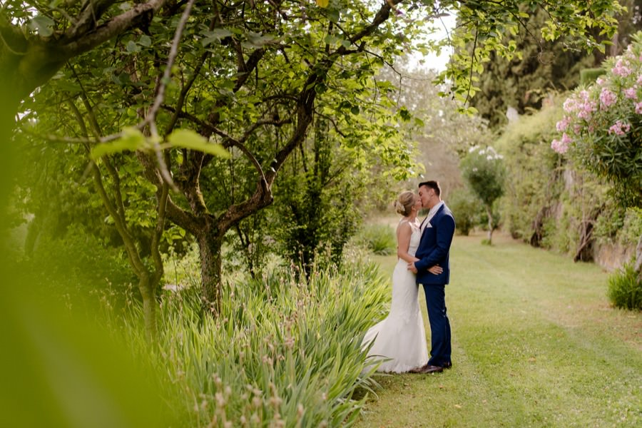 married couple kissing in the garden at montegufoni castle