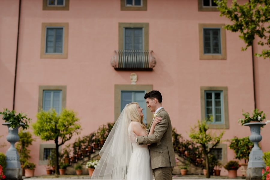 bride and groom front to Villa Daniela Grossi Lucca