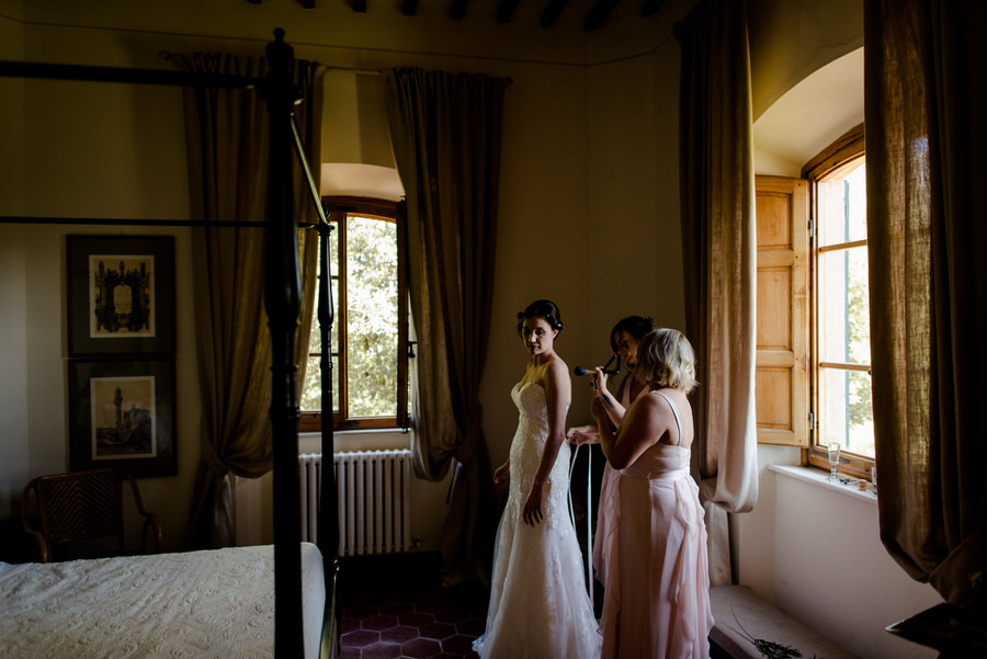 gettign ready of the bride with bridesmaids