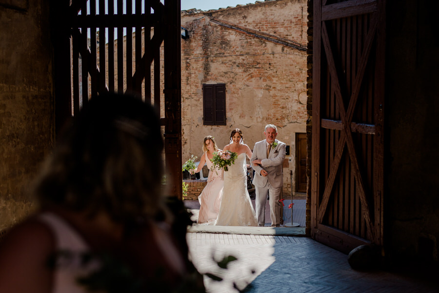 bride arrival with her father at Palazzo Pretorio Certaldo