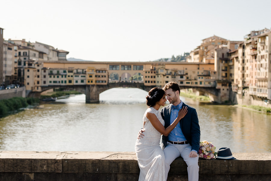 wedding couple at ponte santa trinita with ponte vecchio as backdrop