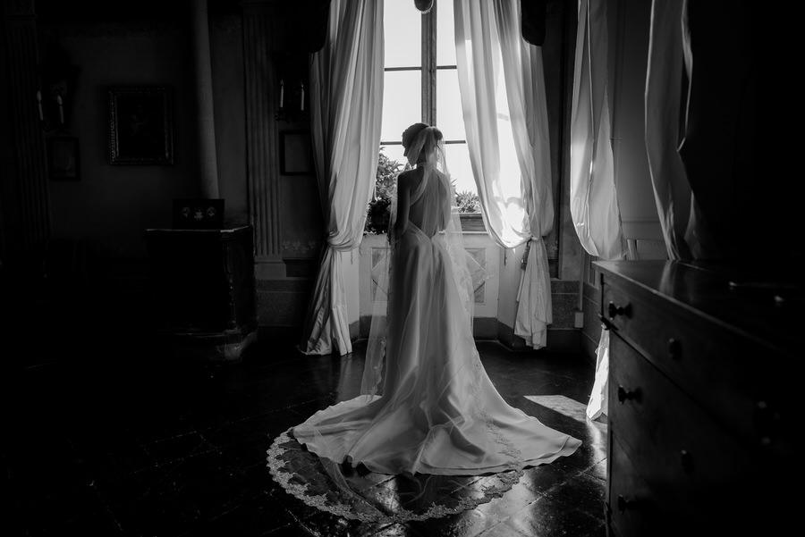 bride portrait at borgo stomennano black and white