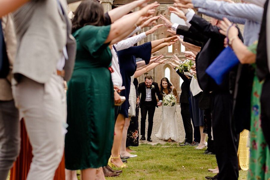 wedding celebrated in tuscany at san galgano abbey during the spring time