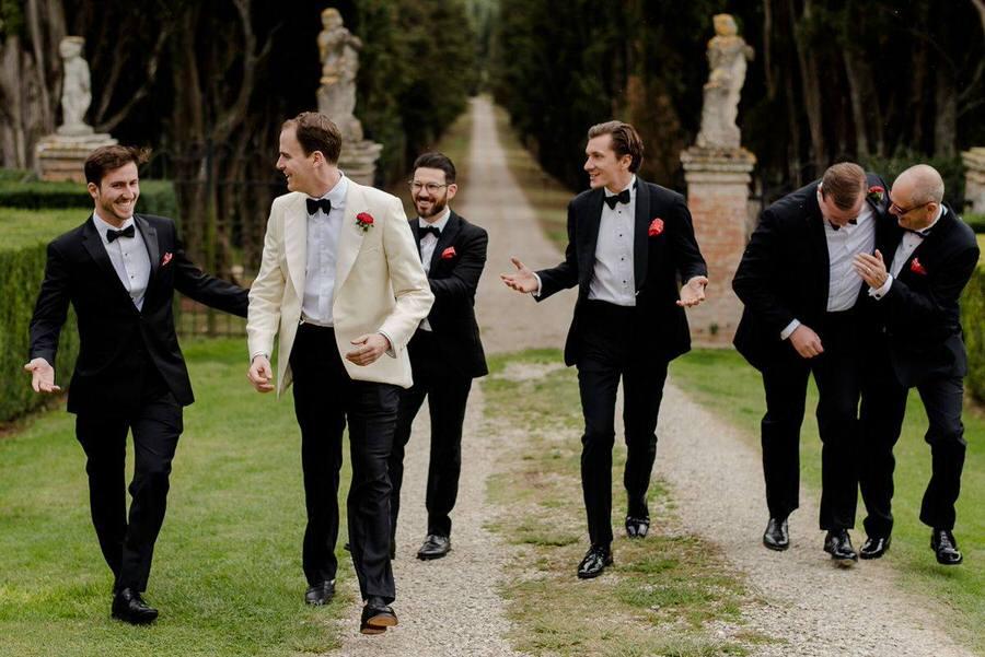 group photo groom and groomsmen wedding in tuscany