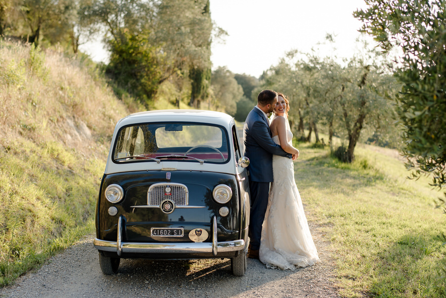 bride and groom tuscany wedding fiat 600