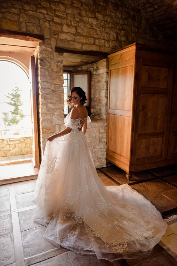 bride in an ancient agriturismo in tuscany